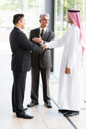 hombre arabe: traductor experimentado la introducci�n de hombre de negocios musulm�n al socio de negocios