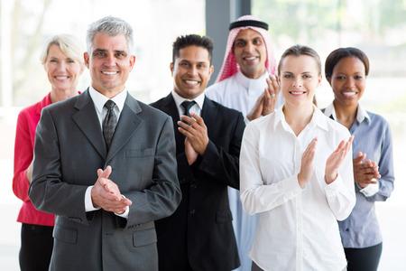 aplaudiendo: grupo de gente de negocios alegre aplaudiendo Foto de archivo