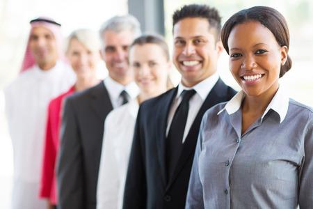 groep van moderne mensen uit het bedrijfsleven in een rij Stockfoto