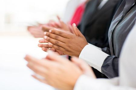manos aplaudiendo: grupo empresarial aplaudiendo durante una buena noticia