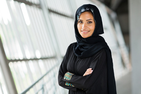 fille arabe: femme arabe moderne avec les bras croisés Banque d'images