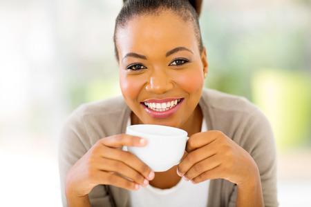 black girl: glücklich afrikanische Frau trinkt Kaffee am Morgen zu Hause