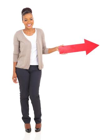 fille noire: souriante jeune fille noire avec fl�che de direction Banque d'images