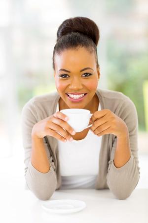donna che beve il caff�: bella donna afroamericana a bere il caff� a casa