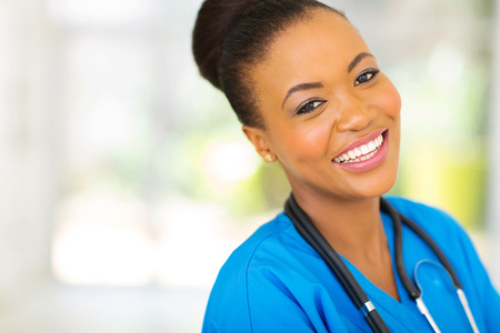 カメラを見て幸せなアフリカ看護婦