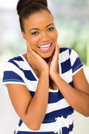 femme qui rit: belle femme afro-am�ricaine rire