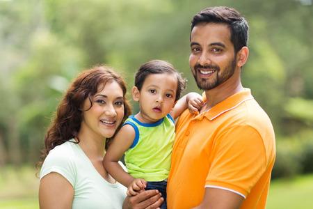 indianen: jonge gelukkige Indische familie met het kind buiten