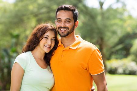 parejas felices: retrato de una pareja hermosa joven india al aire libre