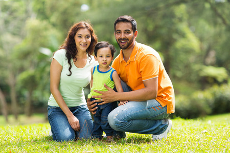 幸せのインドの家族は屋外の肖像画