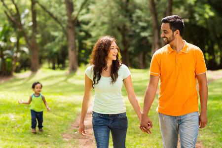 niños caminando: linda familia caminando en el parque