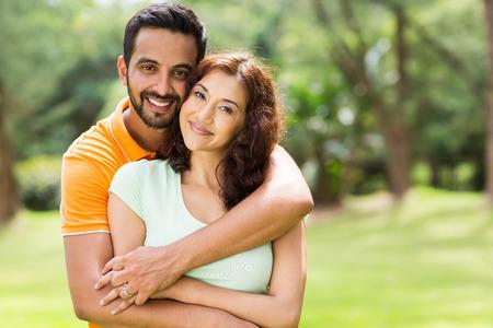 encantadora pareja joven indio abrazos al aire libre