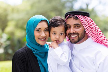 hombre arabe: modernos adolescentes retrato de familia al aire libre de Arabia