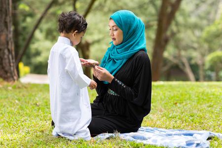 Arabische moeder spelen met weinig jongen in openlucht