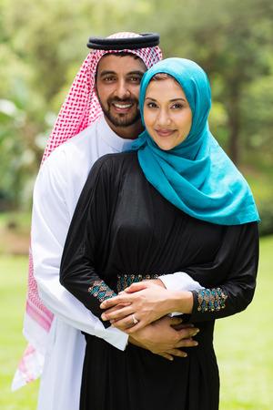 야외에서 껴안고 현대 아라비아 커플
