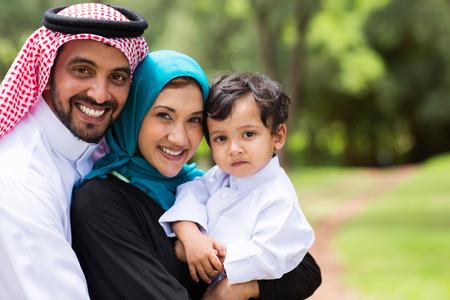 femme musulmane: portrait de famille arabe dans le parc Banque d'images