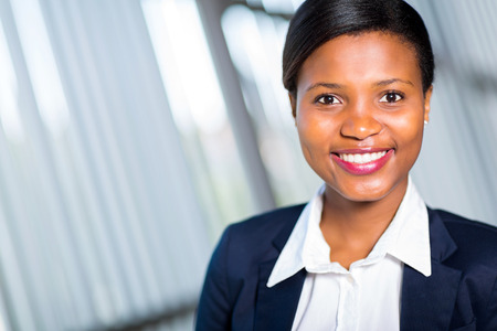 beautiful woman smiling: retrato de la joven empresaria exitosa africano