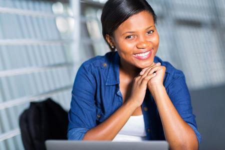 アフロアメリカン: 陽気な若いアフロ アメリカン ガール 写真素材