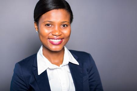 collarin: closeup retrato de la feliz mujer africana