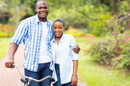 アフロアメリカン: 屋外デート ロマンチックなアフロ アメリカンのカップル 写真素材