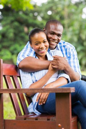 jovenes enamorados: par y hermosa mujer afroamericana sentado en el parque Foto de archivo