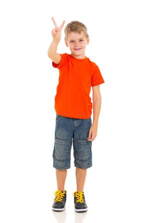 hand sign: portret van kleine jongen tonen overwinning handteken