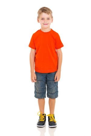 schattige kleine jongen staande op een witte achtergrond