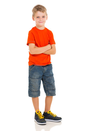 retrato de menino bonitinho posando em fundo branco Foto de archivo