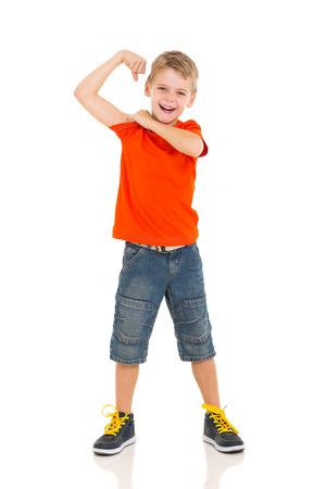 schattige kleine jongen pronken zijn biceps buigen zijn arm Stockfoto