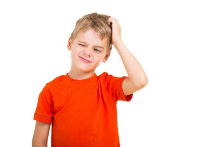 jonge jongen krassen zijn hoofd geà ¯ soleerd op wit Stockfoto