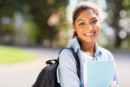estudiantes: estudiante inteligente colegio femenino en el campus