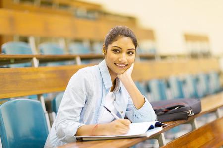 colegios: estudiante universitario indio de la mujer en la sala de conferencias Foto de archivo