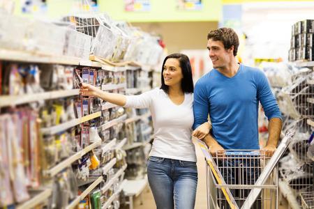 stores: jong stel het kopen hangslot in ijzerhandel Stockfoto
