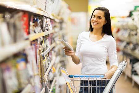 Heureux jeune femme shopping au magasin de matériel Banque d'images - 28965250
