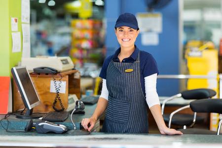 cassa supermercato: bella donna che lavora come cassiera al supermercato Archivio Fotografico