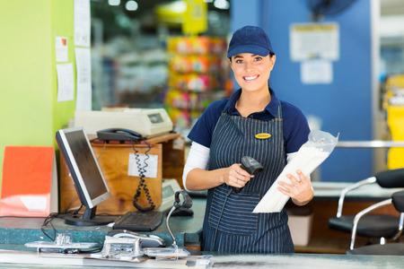 oficinista: cajero y atractiva mujer en la tienda de hardware Foto de archivo