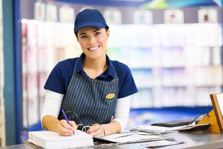 oficinista: hermosa tienda de pintura femenina oficinista de trabajo