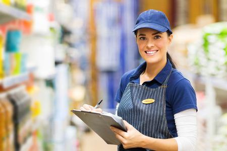 greffier femme heureuse de travailler dans un supermarché Banque d'images