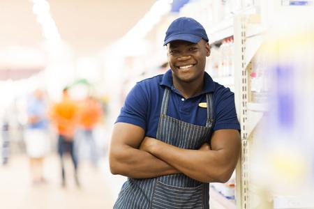 oficinista: Retrato de los trabajadores de supermercados africano con los brazos cruzados Foto de archivo