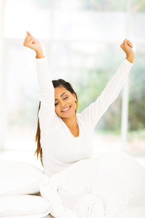 levantandose: mujer joven feliz despertarse en la mañana