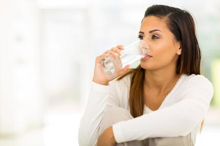 Schöne junge Frau trinkt Wasser in den Morgen Standard-Bild - 29157604