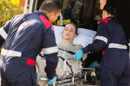 paramedici die onbewuste patiënt in een ambulance Stockfoto