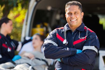 transportation: beau ambulancier devant le patient et son collègue Banque d'images