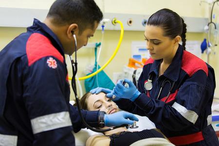 paramédicos examinan paciente en el hospital