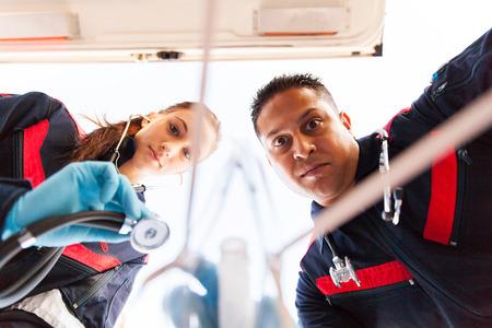 Debajo de la vista de equipo paramamedic dando los primeros auxilios a los pacientes Foto de archivo