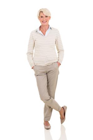 cuerpo entero: feliz mujer de mediana edad aisladas sobre fondo blanco