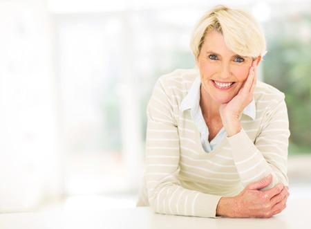 mujer elegante: sonriente mujer de mediana edad descanso