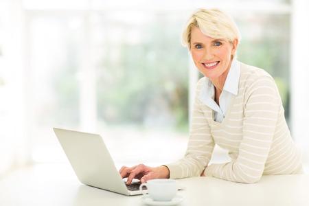 mujeres maduras: hermosa mujer de mediana edad con ordenador Foto de archivo
