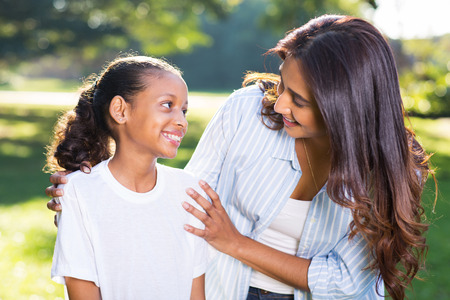 niños platicando: madre hermosa india de hablar con su hermosa hija al aire libre