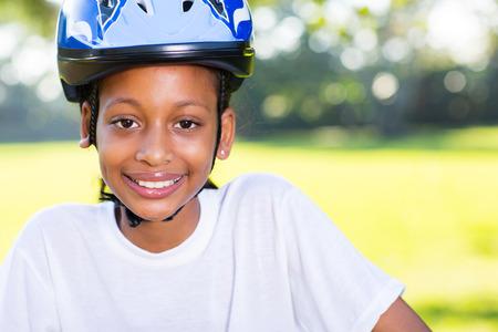 niños en bicicleta: retrato de una muchacha india joven con casco de bicicleta al aire libre