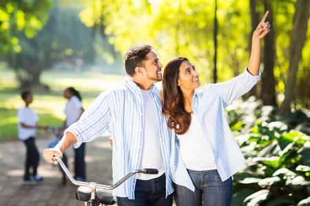matrimonio feliz: feliz pareja india y niños disfrutando de estar al aire libre Foto de archivo